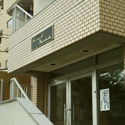エススリー船橋店の入っているマンション入り口