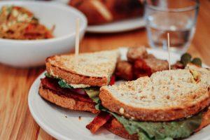 摂取カロリーを減らしているのに痩せないのはなぜ?