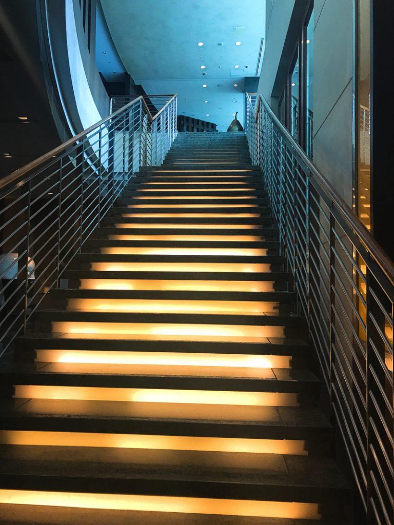 フレンチキッチンへ向かう階段