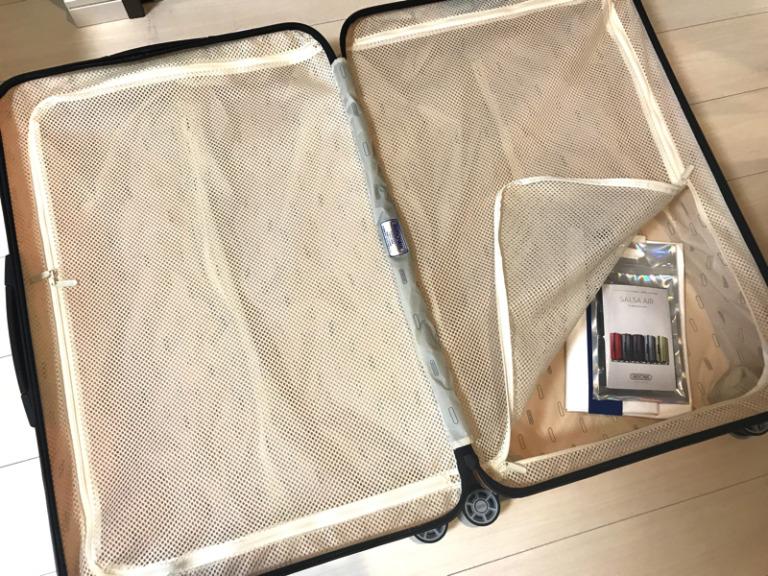 リモワピンクスーツケースの中