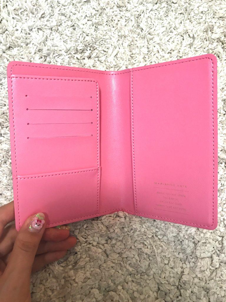 ピンクのパスポートケースの中